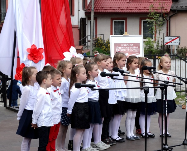 Znalezione obrazy dla zapytania obrazy Polacy Å›piewajÄ… pieÅ›ni patriotyczne